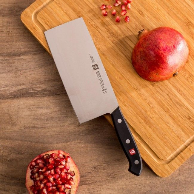 The sturdy broad rectangular blade provides excellent knuckle clearance and acts a scoop for cut materials. The thickness of the blade and the acute cutting angle of the edge determines if it should be used for vegetables or for meat. A thin, fine edge is for chopping fish or vegetables while a thick robust convex edge enables chopping through tendons and bones.
