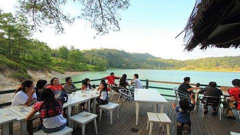 Danau Linow : Udara di sekitar danau relatif sejuk karena ditumbuhi banyak pepohonan yang rindang dan terdapat burung jenis belibis bermain-main disekelilingnya.