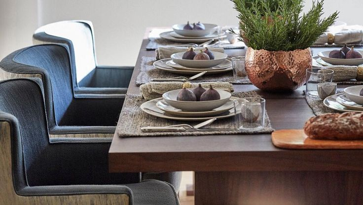 Tap into a rustic mood by taking style notes from this natural-looking table setting styled by @hgdstudio.     #luxdeco #tablesetting #dinnerware #homedecor #interiordesign #luxuryinteriors #serveware #spring #alfrescodining #summerdining #tableware #helengreendesign #hgdstudio #rustic