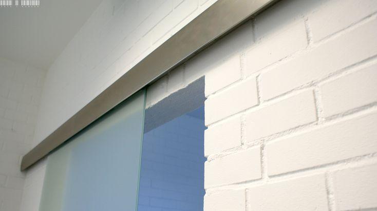 Sliding systems is a perfect solution for homes and offices. They fit into industrial, minimalist and rustic interiors. It's enough to use colored glass. | Systemy przesuwne do doskonałe rozwiązanie do domów jak i biur. Pasują do wnętrz industrialnych, minimalistycznych jak i w rustykalnym stylu. Wystarczy, że zastosujemy kolorowe szkło. / Glass fittings: CDA Poland | Okucia do szkła: CDA Polska