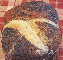 A zsidó konyha klasszikusa ez az ünnepi kenyér. Érdemes nekiállni, mert egyáltalán nem bonyolult, viszont mutatós és finom. 50 dkg liszt 15 dkg krumpli 0,5 dl olaj 1 kocka élesztő tej só A megszóráshoz darálatlan mák, vagy mandula szeletek / szilánkok. A krumplit megfőzzük, még melegen meghámozzuk és krumplinyomón áttörjük, majd hagyjuk kihűlni. Ha rendszeres kenyérsütők vagyunk, érdemes egyszerre több kilónyit megfőzni, áttörni, és adagonként zsacskózva befagyasztani. Megúszhatjuk egy m...