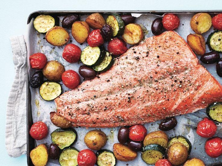 Cette recette de saumon à la provençale avec tomates cerises, courgettes et pommes de terre grelots est un plaisir autant pour les yeux que pour les papilles. En plus, elle se prépare extrêmement facilement. Et en cas de doute, on se fie à la vidéo au bas de la page!
