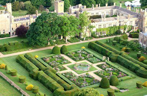 Vista dos jardins do Castelo Sudeley, em Gloucestershire, Inglaterra, Reino Unido. Catarina Parr, viúva de Henrique VIII, se casou com Lord Seymour de Sudeley. Viveu e morreu no Castelo, onde está enterrada na capela. É considerada uma mulher Tudor notável: bonita o suficiente para casar com o rei da Inglaterra, astuta o suficiente para permanecer rainha apesar das tramas da corte e um atentado contra sua vida, e corajosa o suficiente para sustentar sua causa protestante.