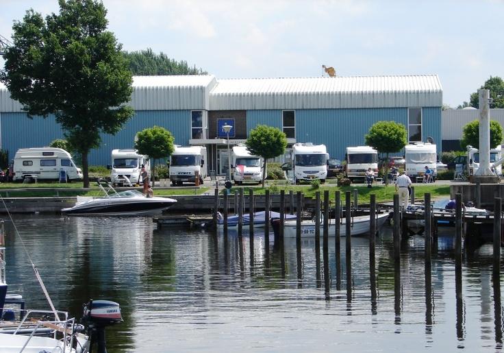 """Deze comfortabele camperplaatsen bieden een prachtig uitzicht over Jachthaven """"de Molenwaard"""" in Hasselt."""