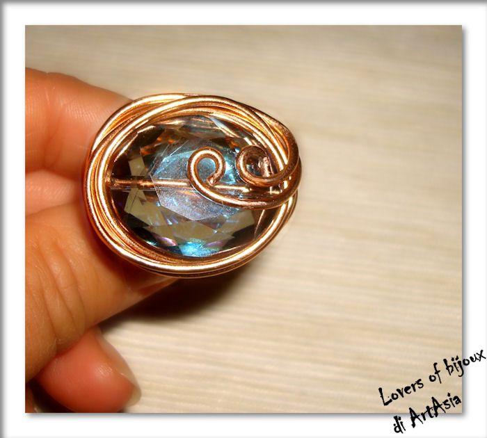 Anello realizzato con filo di alluminio smaltato color rame e gemma di vetro color azzurro acqua marina. Artigianato italiano, hadmade in italy