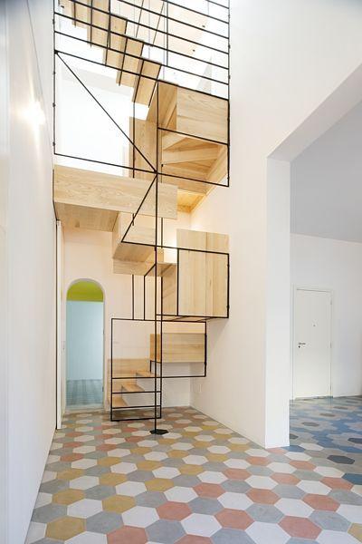 Nové schodiště propojuje tři podlaží domu: přízemí, poschodí a střešní terasu.