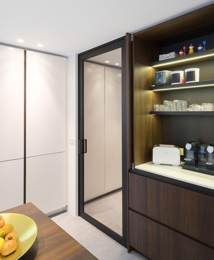 Kamerhoge stalen deur tussen inkom en keuken. De deur kan in beide richtingen opendraaien en werkt zonder klink zodat je kan duwen of trekken en de deur dus handenvrij kan gebruiken! Ideaal aan de keuken met boodschappen in de hand...