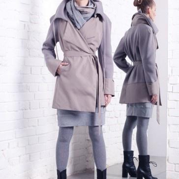 Płaszcz - trencz, połączenie dwóch tkanin z dwoma kieszeniami, Idealny do skórzanych wysokich butów, w twarzowym jasnym odcieniu i nowoczesnej formie.  Zapytaj nas o inny rozmiar