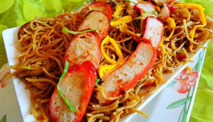 Surinaams eten – Moksie Metie Speciaal (geroosterd kip- en varkensvlees met Fa Chong worst en tjauw min)
