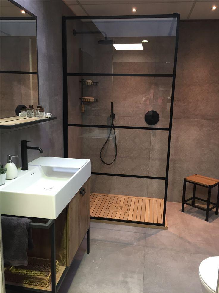 Kleines Badezimmer mit offener Dusche, die durch eine Glaswant abgetrennt ist, Bad im Industriedesign, Industrielook im Badezimmer, Betonboden im Bad, minimalistisches Badezimmer, Ideen Bad, Gestaltung kleines Bad