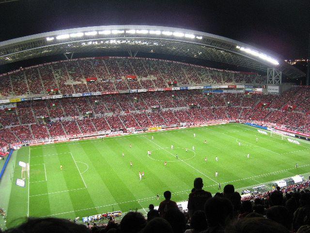 l Sapporo Dome se ubica en Sapporo, Japón. Es el estadio del Consadole Sapporo (J-League 1, Fútbol) y los Hokkaido Nippon Ham Fighters (NPB, Béisbol).  El Sapporo Dome es un estadio dónde es posible tanto la práctica del fútbol como la béisbol.  Tiene capacidad para 42.000 espectadores.  Ademas tiene una área de 306.458 metros cuadrados, de los cuales 18.800 están al aire libre, donde una fracción es ocupada por un jardín botánico.