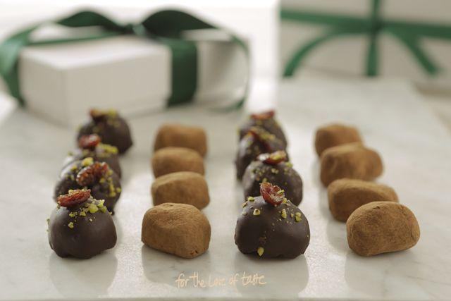 Romige op de tong smeltende,chocolade truffels met een vleugje sinaasappel. Homemade chocolade truffels zonder zuivel 100% plantaardig #cleaneating #dairyfree #homemadechocolate #vegan