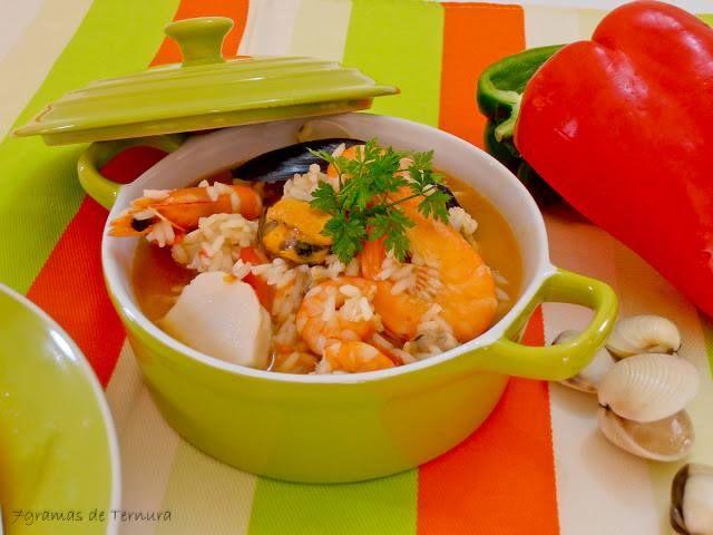 Arroz de Marisco  Ingredientes: 250g de camarão 1 sapateira + 300g de pernas da mesma 300g de ameijoa fresca 200g de miolo de mexilhão 2 delicias de lagosta 1/2 pimento verde 1/2 pimento vermelho 2 tomates maduros 1 cebola  2 dentes de alho 3 malaguetas secas (useis caseiras) azeite e sal q.b.  Preparação: Pique a cebola e os alhos e leve a refogar. Pique o tomate na picadora. Quando a cebola dourar um pouco junte-lhe o tomate e deixe ferver lentamente. Leve ao lume uma panela com água, sal…