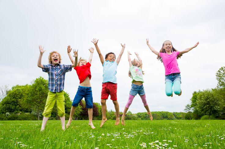 Spielidee für Ostern mit den Kindern: Osterhasen-Lauf. Verantaltet doch an einem warmen Frühlingstag eine Osterolympiade als Teil des Osterfestes.