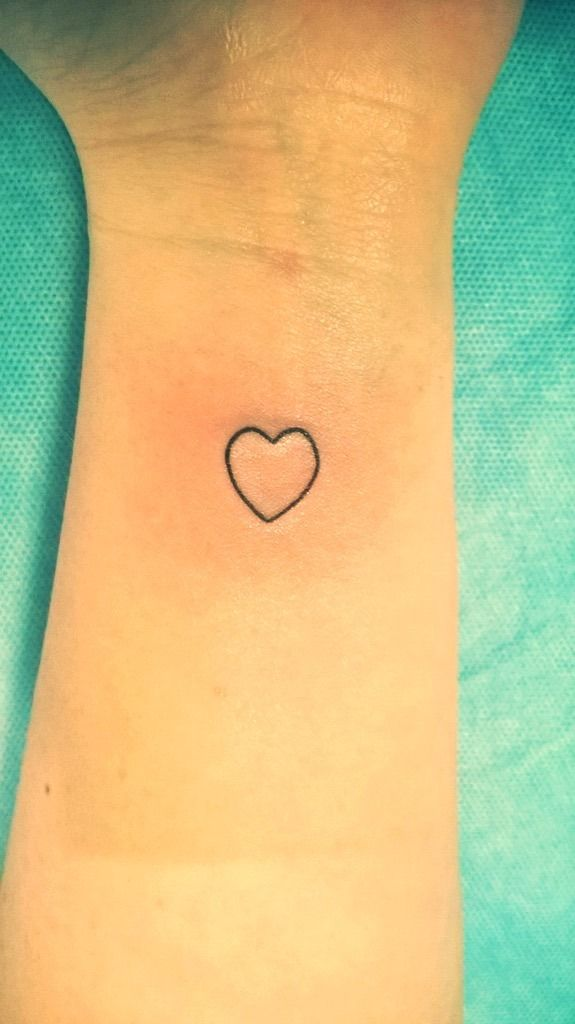 Tatuaż serce wykonany na nadgarstku w studiu tatuażu TIME4TATTOO www.time4tattoo.pl #tatuazserce #tatuaznanadgarstku #delikatnytatuaz #hearttattoo #tinytattoo #wristtattoo #time4tattoo