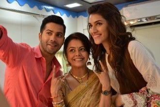 Kriti Sanon and Varun Dhawan take a selfie with Devoleena Bhattacharjee. via Voompla.com
