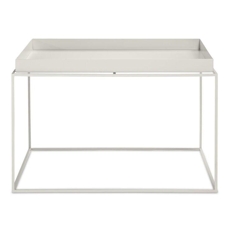 Tray Table från HAY. Idén bakom denna kollektion brickbord är att ersätta ett större soffbord med en kombination av mindre. Tray Table finns i fyra olika storlekar och består av en ram i pulverlackat stål och en löstagbar bricka. Tray Tables kan kombineras med mindre lösa brickor för att skapa ett monokromt utseende eller för att lägga till lite färg. Tray Tables kan även staplas och därmed skapa ett litet hyllsystem.