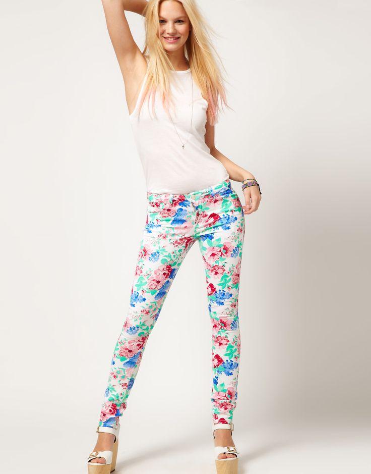 Çiçek pantolan modelleri  http://www.ozgurmelekler.com/2015-cicekli-pantolon-modelleri/