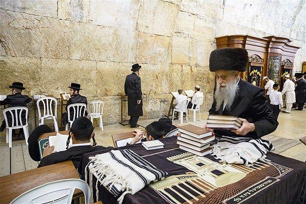 04 - Judios ortodoxos rezan en una sinagoga en el Muro Occidental (Muro de las Lamentaciones), en la Ciudad Vieja de Jerusalén, el 14 de mayo de 2013.