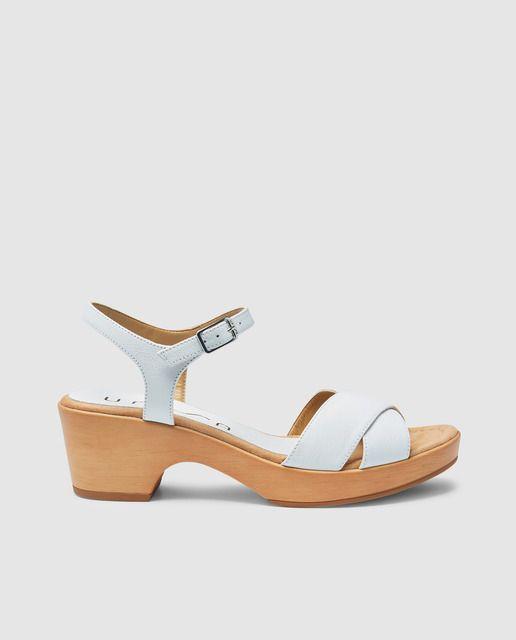 70de2d96434e Sandalias de tacón en piel de color blanco con tiras cruzadas y ...