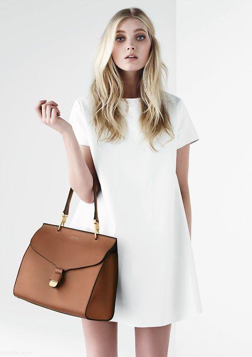 Vestido absolutamente básico, monocolor y de líneas rectas. Combínalo con un bolso liso y de color.