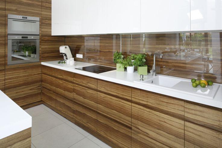 Kuchnię, podobno jak całe wnętrze, urządzono w kolorach drewna i bieli. Zabudowę…
