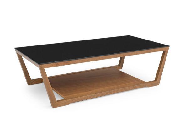 台形の木製フレームが特徴的なローテーブル。強化ガラスの天板の下は収納スペースとしてお使いいただけます。シャープにデザインされた脚により、モダンなリビング空間を演出します。本商品のガラス天板は「ブラック」色です。フレームはウォールナット、ホワイト、グラフ…