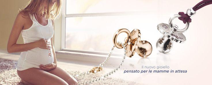 LeBebé Suonamore è il gioiello pensato per le mamme in attesa: delicati ciondoli sonori in argento che accompagnano mamma e bimbo con un dolce suono.