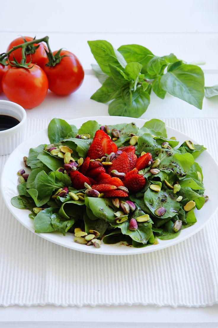 Strawberry salad, simply irresistible! http://www.instyle.gr/recipe/salata-fraoula/