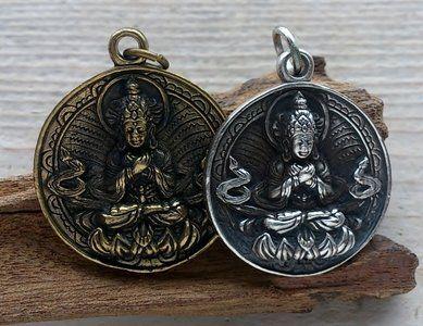 Ketting hangerBoeddha.  Boeddha hangermet op de voorzijde Tibetaanse Boeddha (Vajradhara)op lotus en op de achterzijde acht trigrammen en Yin Yang. Elk trigram bestaat uit een combinatie van dri...
