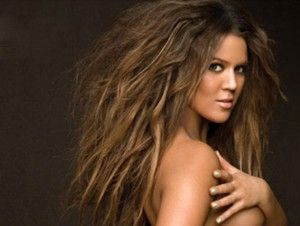 """Khloe, la menor de las hermanasKardashian, debutará como animadora de televisión con un programa del canal FYI. """"Kocktails with Khloe"""" se titulará el segmento, que también será producido por la celebridad de 31 años. El canal anunció hoy la llegada de Kardashian a la estación, y definió el proyecto como un programa """"híbrido"""", que […]"""