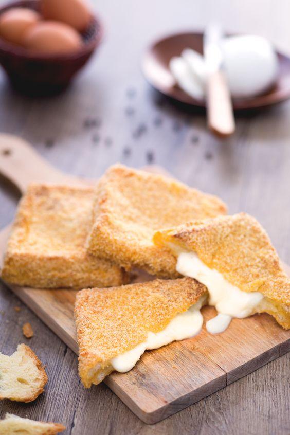 La mozzarella in carrozza al forno è una versione più leggera della tipica ricetta campana e laziale della mozzarella in carrozza fritta! #Giallozafferano #recipe #ricetta #streetfood