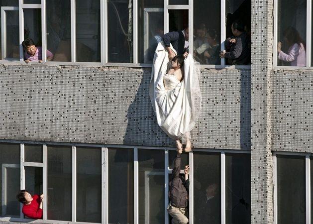 Chiny, miasto Changchun. Kobieta w sukni ślubnej próbuje popełnić samobójstwo, 17 maja. Fot. Li Yang/reuters/forum