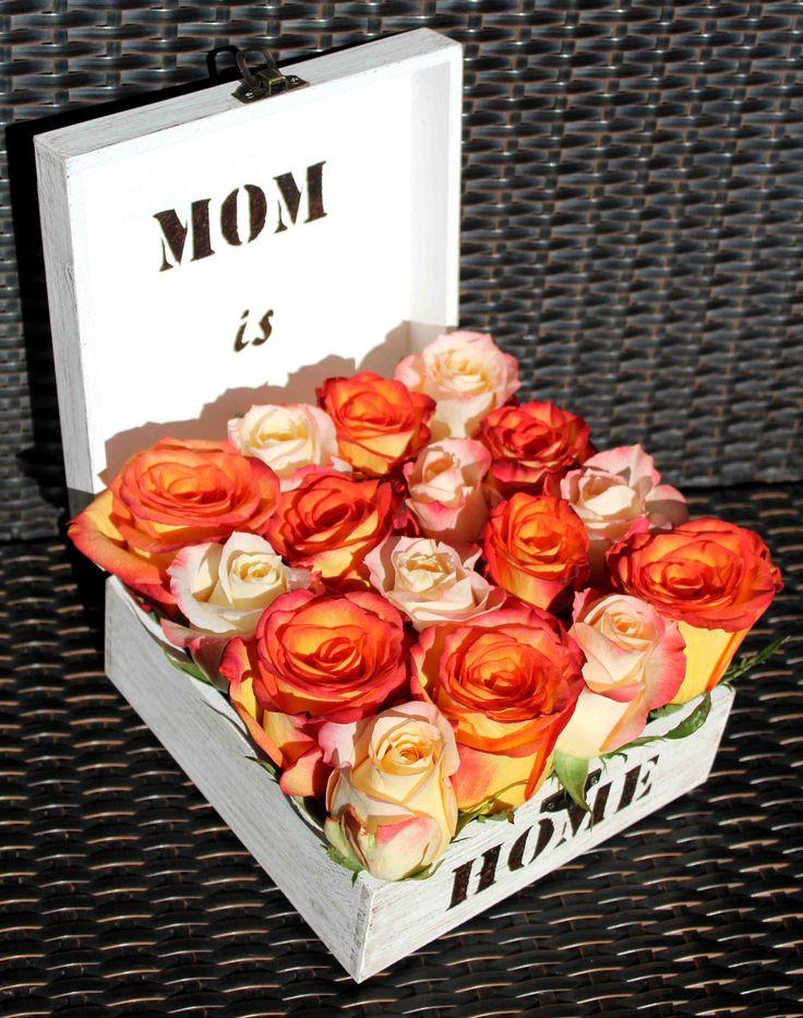 Rosas en caja de madera pintada a mano.