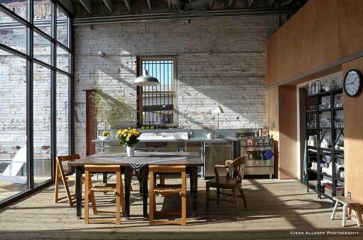 Cuisine industrielle avec grande baie vitrée