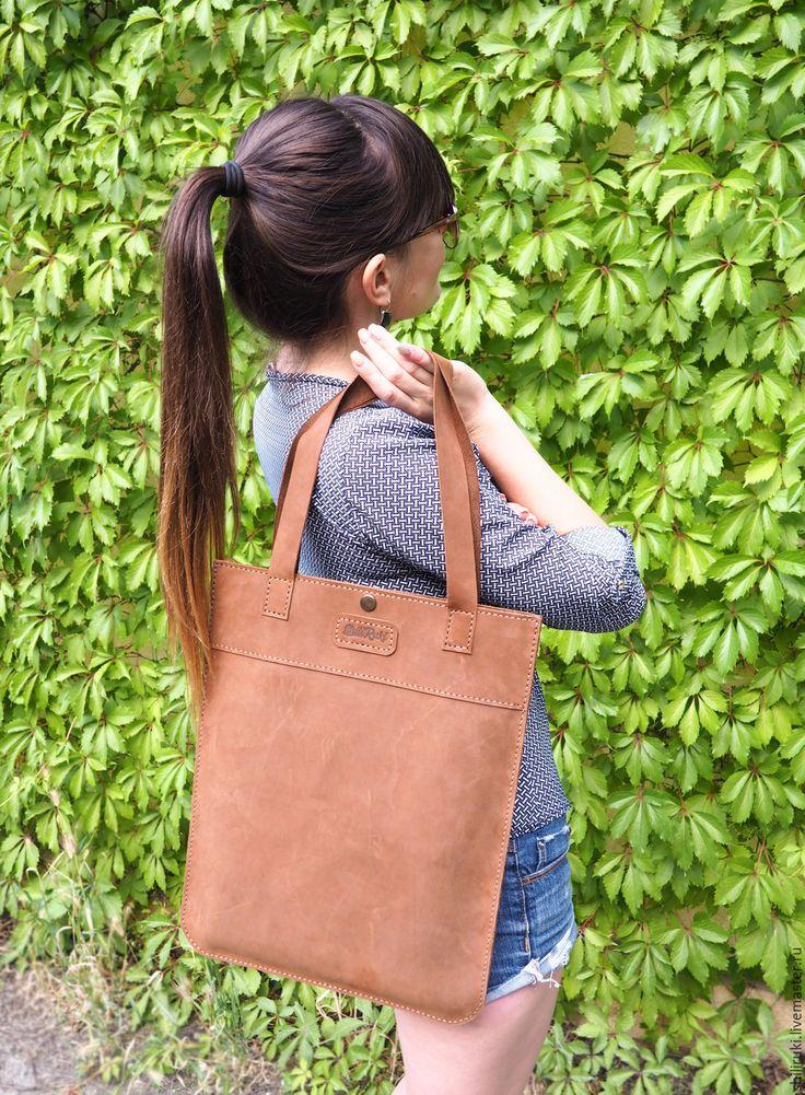 Купить или заказать Кожаная сумка шопер. Натуральная кожа в интернет-магазине на Ярмарке Мастеров. Женская сумка шопер из натуральной кожи крейзи хорс коричневого цвета. Выполнена полностью вручную. Эта сумка плоская, но вместительная. Кожаная сумка закрывается на кнопку, внутри есть открытый кармашек карман на молнии (для документов, например).