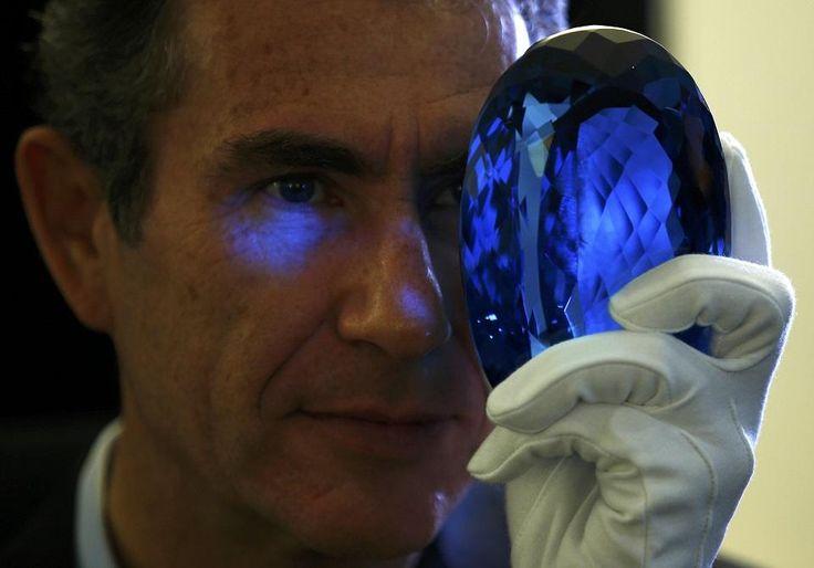 самый большой в мире ограненный голубой топаз The Ostro Stone весом 9 831 карат; лондонский Музей естественной истории