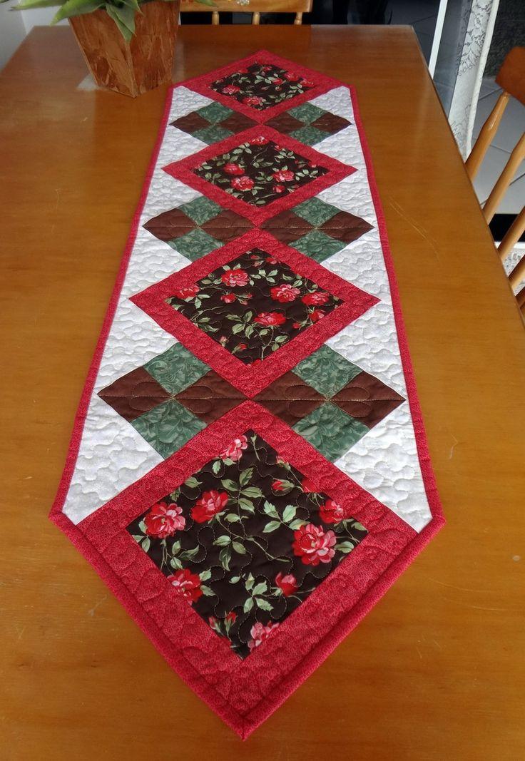 Caminho de mesa em patchwork, confeccionado com tricoline nacional, medidas 33 cm de largura por 115 de comprimento de ponta a ponta.  Quiltada e recheada com manta resinada R1, e forro em algodão crú.  Uma peça perfeita para uma bancada, uma mesa pequena, dando um toque de alegria .