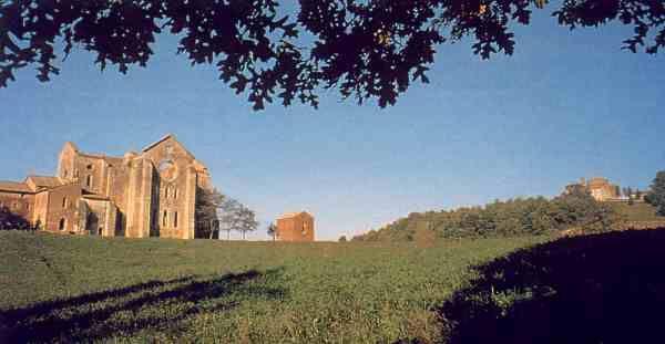 Abbazia di San Galgano - La cattedrale a cielo aperto L'abbazia cistercense di San Galgano è l'icona più forte della Val di Merse. Storicamente e architettonicamente è uno degli edifici religiosi più importanti del senese e costituisce l'espressione più autorevole in Italia dello stile gotico-cistercense.