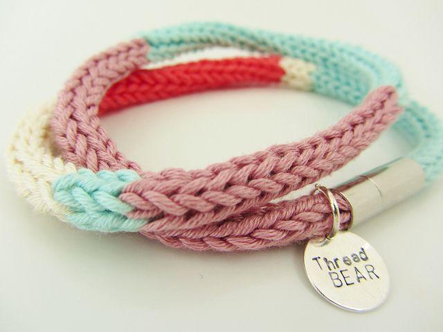 Un bracelet au tricotin tout simple: c'est la petite pampille qui change tout.