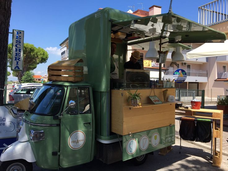 Apecar for vending fried dishes accompanied by a glass of wine or an artisanal beer (Italy)  #apecar #piaggio #foodtruck #foodvan