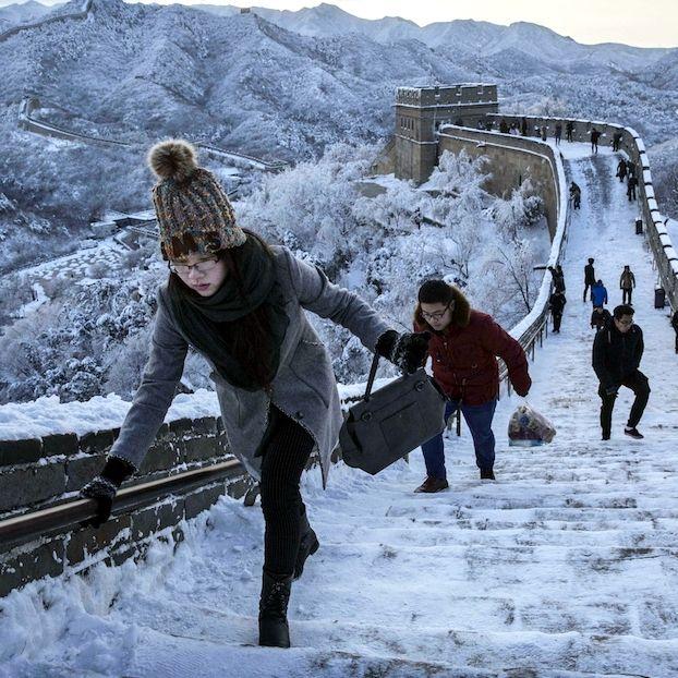 Una sezione della Grande Muraglia cinese a #Pechino imbiancata da una nevicata