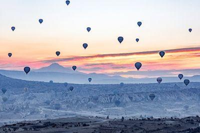 Mahshid Rasti - Ballong färd, hot air balloons, sunset, mountains