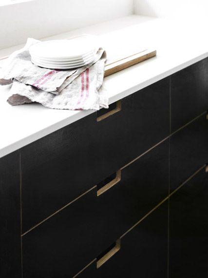 Bardon House » Vokes and Peters - handgrepen keukenkastjes - zwart mulitplex en marmeren blad! (hier niet)