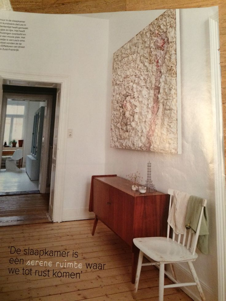 Voor muur tussen woonkamer en keuken? Groot kunstwerk, evt in combi met klein dressoir.