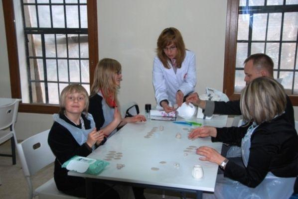 Cała rodzina uczestniczy w Warsztatach Ceramicznych