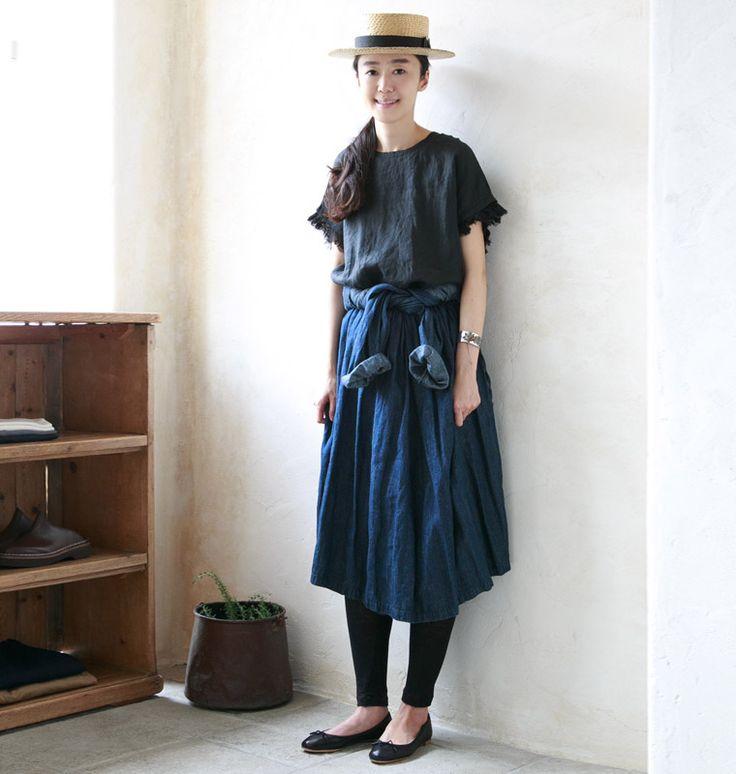 リネンデニムパンツと同じく8年のロングセラーを誇る、ネストローブのアイコン的アイテム。コットン仕立てのデニム生地と違い、さらっとした軽さのあるリネンデニムで仕立てたカシュクールワンピースは、ジメジメと肌寒さが行ったり来たりする梅雨時期にも最適な羽織りものです。※滝口さん身長:170cm