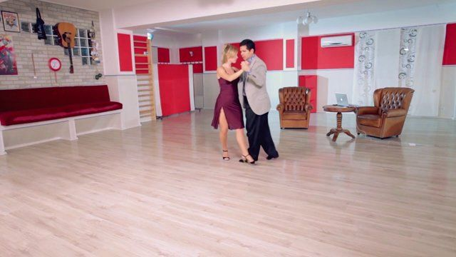 Argentine tango - Paralitica and some old style boleos. Watch the entire lesson on www.tangomeet.com.