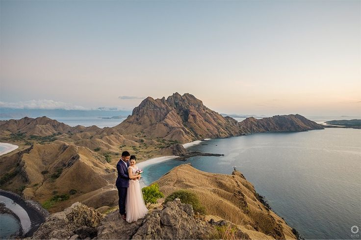 I'm ready to do anything to be your everything . Courtesy from @adhyanovic & @kartiniayu Prewedding Make up artist by @dininurdianimua Location Padar Island, Labuan Bajo Flores . . Photograph by @alvinfauzie Check our website for the other photos at www.alvinphotography.co.id
