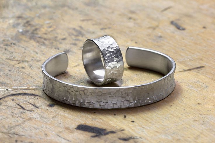 Armreif und Ring mit gehämmerter Struktur aus Silber, Handarbeit
